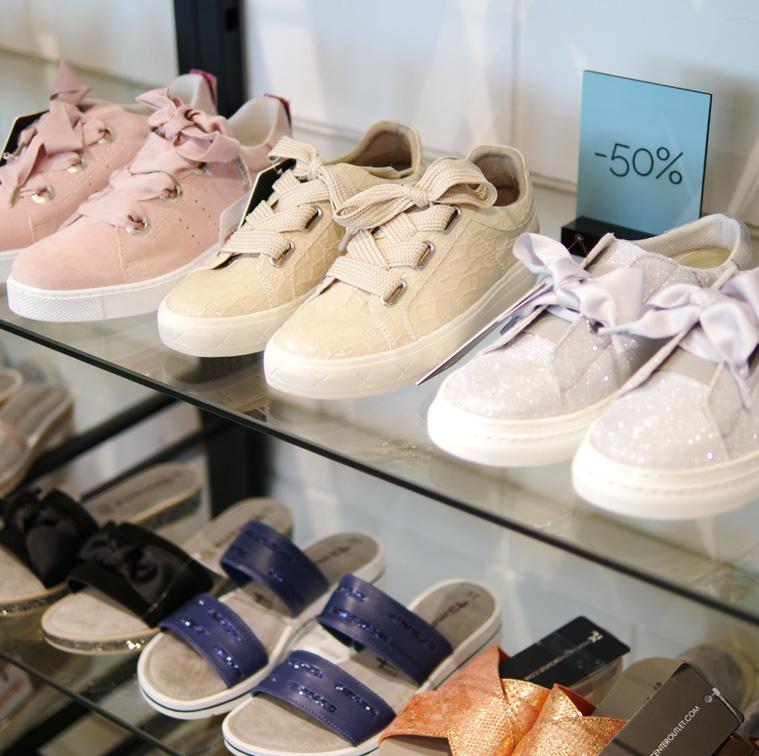 Fashioncenteroutletissa miesten ja naisten kenkien mallipareja.