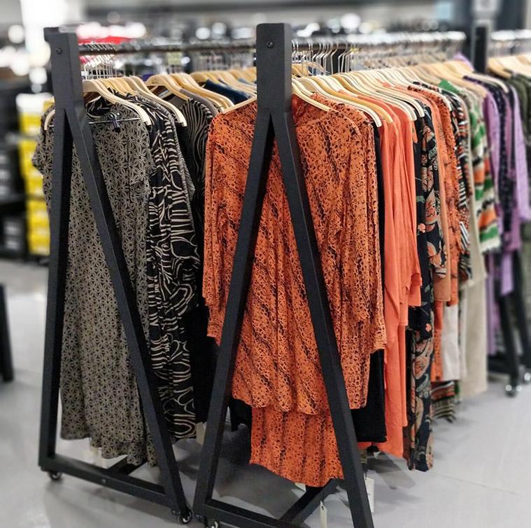 Fashioncenteroutletissa esillä paljon vaatteiden ja asusteiden mallikappaleita.
